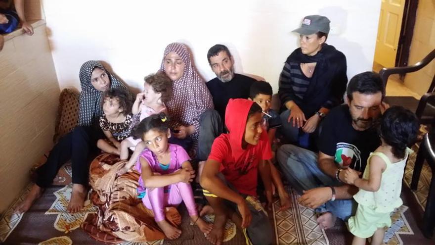 Manu Pineda y Valeria Cortés, con una familia palestina en la Franja de Gaza. / Foto cedida por Unakidum