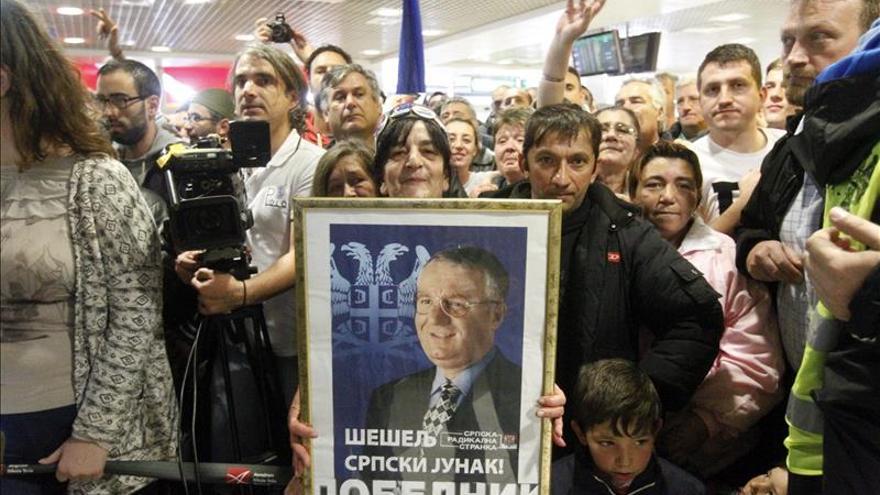 Cientos de simpatizantes reciben en Belgrado al líder ultra serbio Seselj