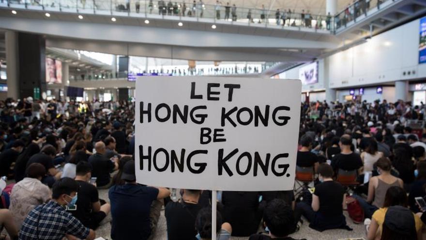 Cientos de manifestantes hongkoneses protagonizan una sentada en el aeropuerto