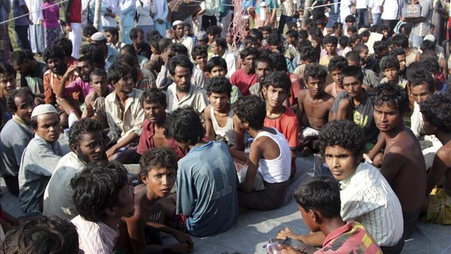 Refugiados de la minoría rohingyas tras ser recatados este miércoles en alta mar cerca de las costas de Julok (Indonesia)./ Efe.
