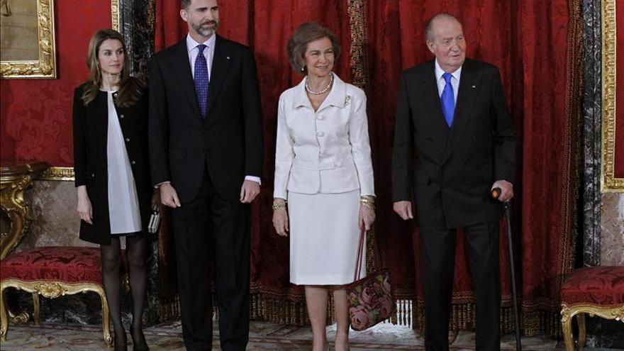 Los Reyes y los Príncipes expresan su pésame y cariño a la viuda de Landa
