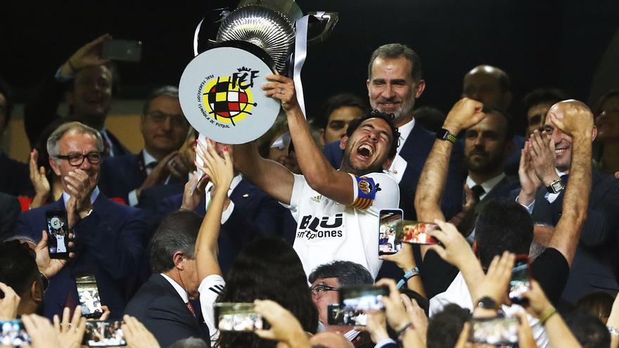 Daniel Parejo sostiene la Copa del Rey