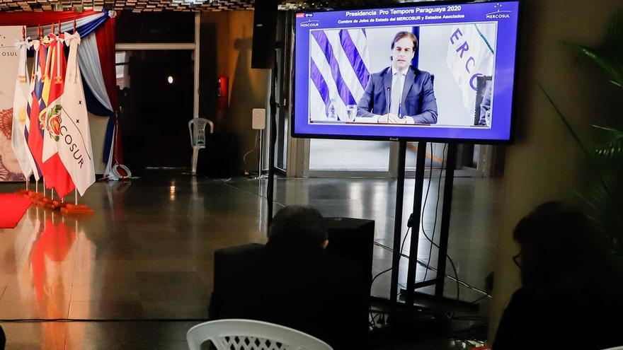 Periodistas y funcionarios de presidencia y cancillería observan por televisión la intervención de Luis Lacalle Pou presidente de Uruguay durante la Cumbre de Jefes de Estado del Mercosur y Estados Asociados este jueves en el Salón de Convenciones del Banco Central del Paraguay en Asunción (Paraguay).