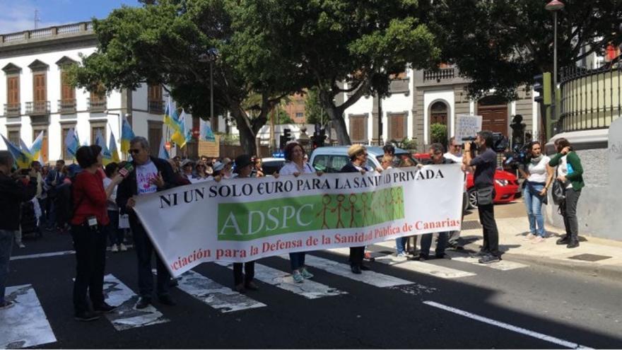 Representantes de la Asociación para la Defensa de la Sanidad Pública en una manifestación