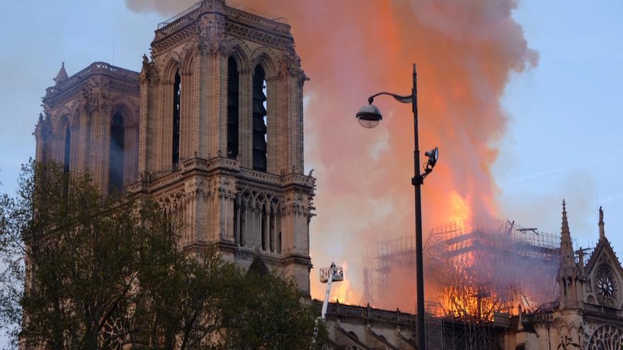 El fuego ha afectado sobre todo al techo de la catedral de Notre-Dame y ha hecho caer la aguja.