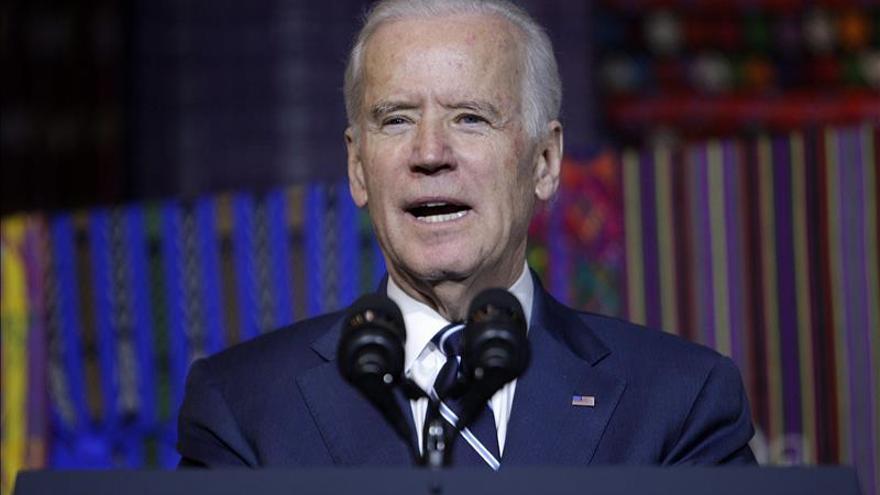 Biden dice que volver la espalda a los refugiados beneficiaría al EI