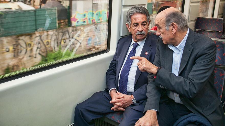 Revilla y Mazón en el tren de Cercanías en dirección a Santander. | PRC