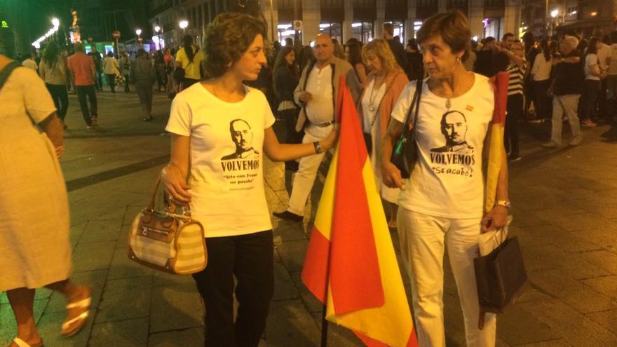 Dos mujeres con camisetas del dictador Francisco Franco en la Puerta del Sol de Madrid