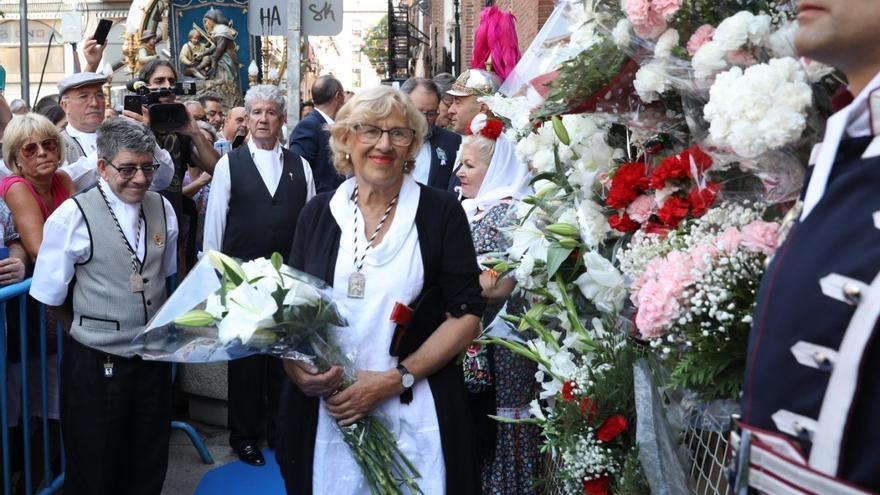 Manuela Carmena durante la ofrenda floral a la Virgen de la Paloma