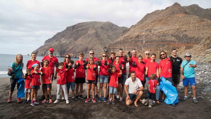 Más de una veintena de profesionales de la Compañía y sus familias participaron en una acción de limpieza de la costa