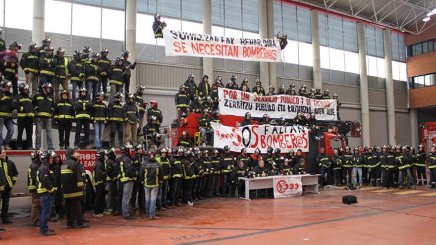 Protesta de los bomberos por la falta de plantilla.
