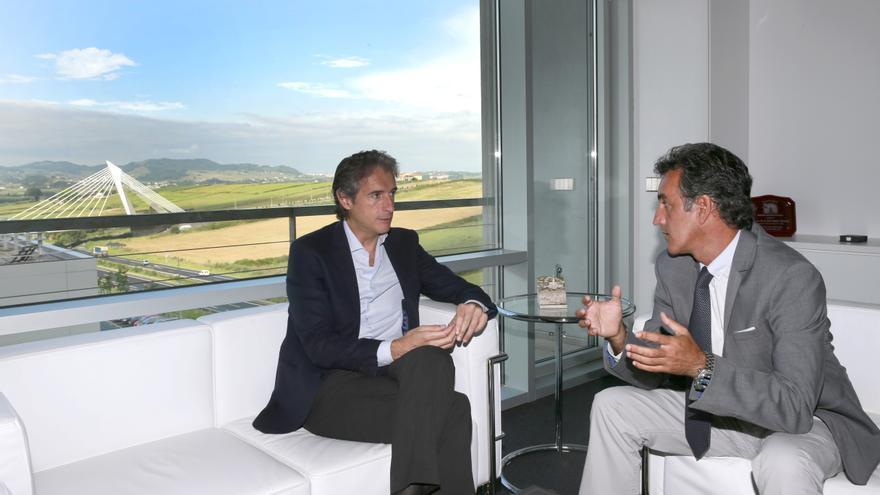 El consejero de Innovación e Industria, Francisco Martín, y el alcalde de Santander, Íñigo de la Serna