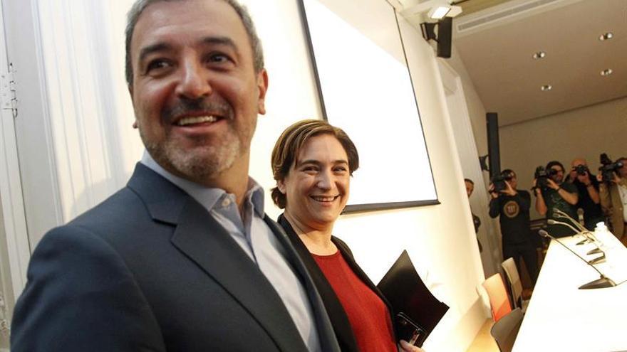 Collboni (izquierda) en la presentación del acuerdo con BComú que las bases deberán votar