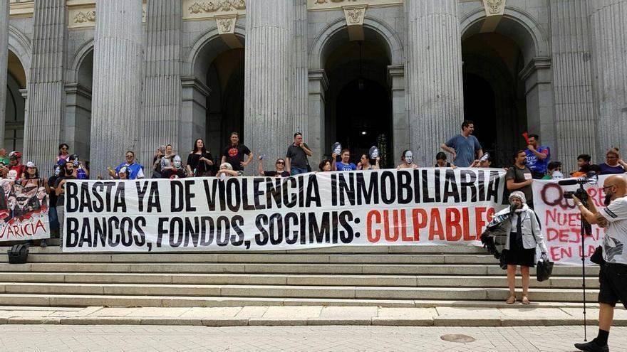 Protesta de colectivos de vivienda en el exterior de la Bolsa de Madrid. / PAH