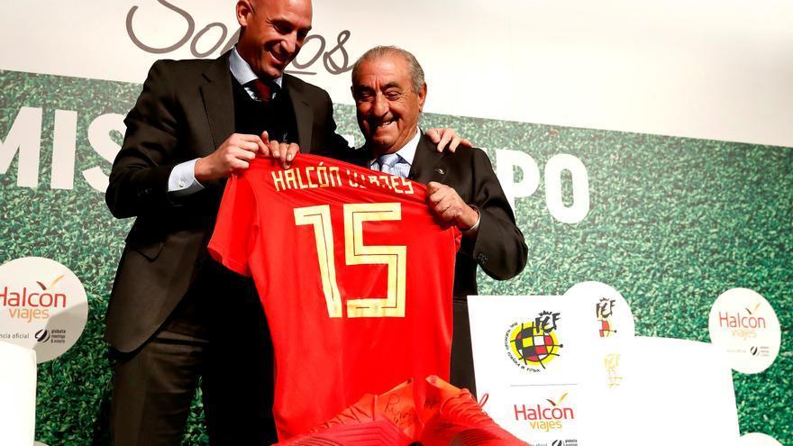 El presidente de la Real Federación Española de Fútbol, Luis Rubiales, y el presidente de Globalia, Juan José Hidalgo, durante la firma del acuerdo entre ambas compañías.