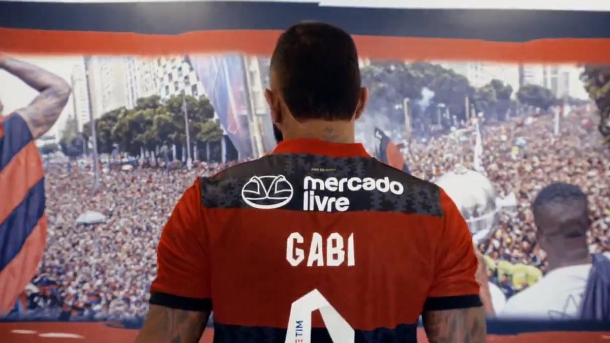 El goleador Gabriel Barbosa muestra la camiseta de Flamengo con el nuevo sponsor.