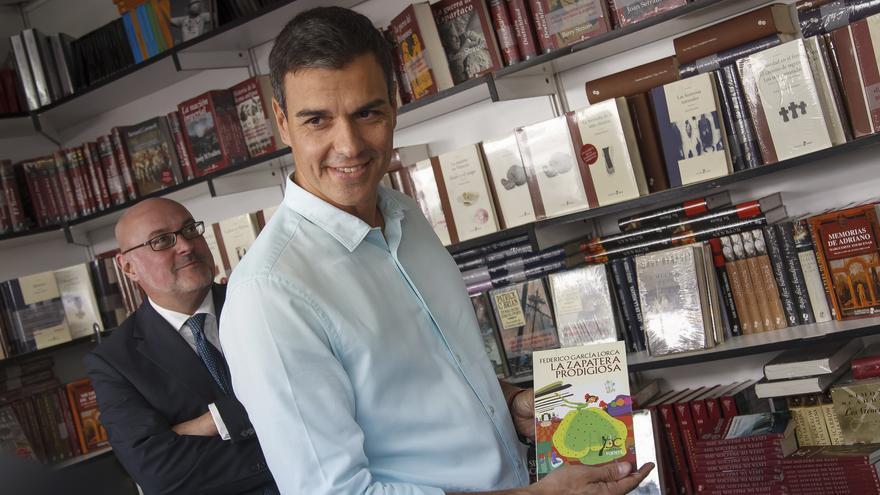 Pedro Sánchez durante la Feria del Libro de Madrid de 2017