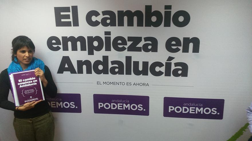 Teresa Rodríguez con el programa de Podemos.