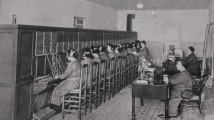 Cada telefonista ocupaba una posición en el cuadro de interconexiones