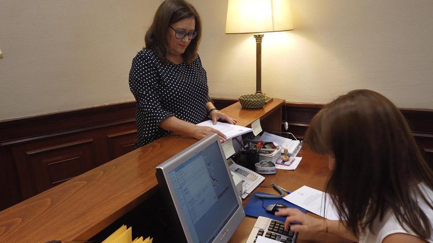 Guadalupe González Taño presentando en el registro del Congreso la Proposición No de Ley.