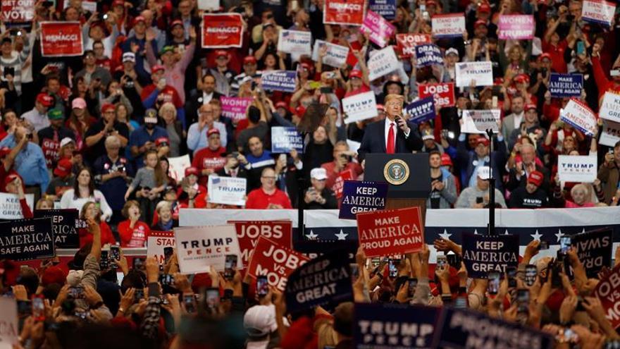 Donald Trump habla ante seguidores durante el acto de campaña en Cleveland