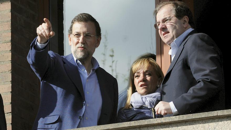 Juan Vicente Herrera (d), Isabel Carrasco y Mariano Rajoy, en la inauguración de la sede del PP en León en 2011.