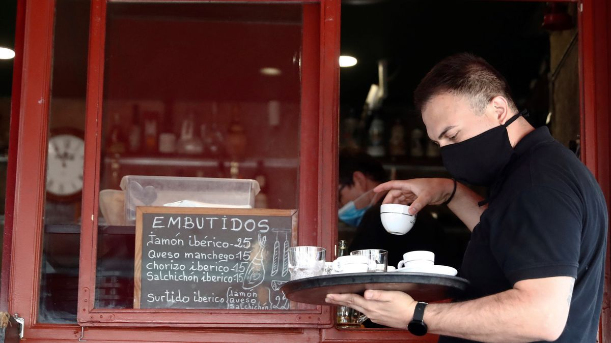 Un camarero trabaja en un bar del centro de Madrid.