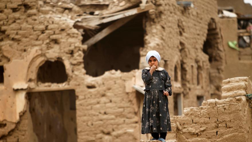 Una niña sobre una casa demolida tras un enfrentamiento entre fuerzas rebeldes y gubernamentales en el oeste de Yemen 3 de febrero de 2012. REUTERS/Khaled Abdullah