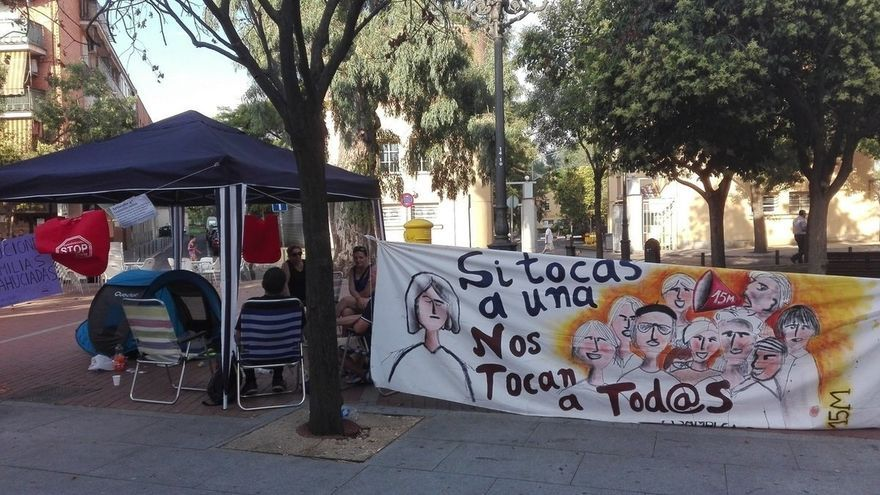 Campamento de una pareja frente a la Junta de Carabanchel (Madrid) tras ser desahuciada de su vivienda pública vendida a un fondo buitre.