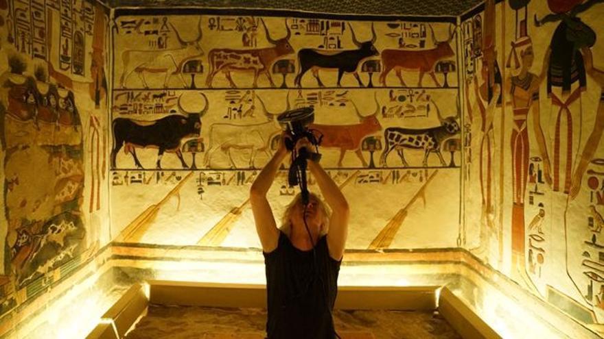 Simon Che de Boer capturando imágenes en la tumba de Nefertari