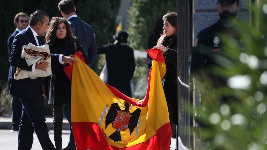 Jaime Martínez Bordiu despliega, junto a su esposa, la bandera de la dictadura, que acabó en la fosa de Mingorrubio