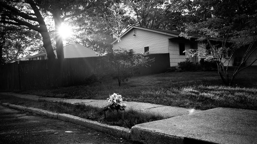"""El martes 13 de septiembre de 2016, cuando caía la noche en Brentwood, un grupo de jóvenes asesinaron con bates a dos muchachas en los afueras de la escuela Loretta Park, donde estudiaban. Las víctimas fueron Kayla Cuevas, una chica de raíces dominicanas de 16 años, y Nisa Mickens, quinceañera, una de sus mejores amigas. Ambas murieron aporreadas. Sus cadáveres quedaron a metros de distancia en un área residencial fuera de la escuela. El asesinato se atribuyó a jóvenes miembros de la Mara Salvatrucha y fue uno de los casos que hizo saltar las chispas de la opinión pública y provocó una respuesta agresiva del presidente Trump: """"Vienen de Centroamérica, son la gente más ruda que hayas conocido. Están matando y violando a todo mundo allá. Son ilegales y es su fin"""". Pasados los meses, unas flores en el suelo recuerdan el lugar donde quedó tendido el cuerpo de Keyla Cuevas."""