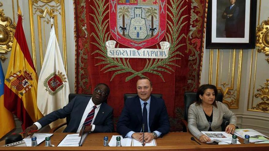 El alcalde de Las Palmas de Gran Canaria, Augusto Hidalgo (c), durante el pleno extraordinario celebrado este miércoles.