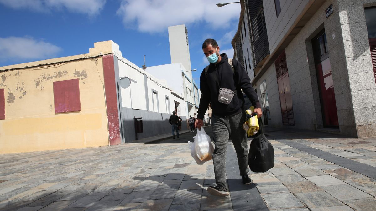 Un hombre migrante en situación de calle pasea por las calles de Las Palmas de Gran Canaria con sus pertenencias a cuestas
