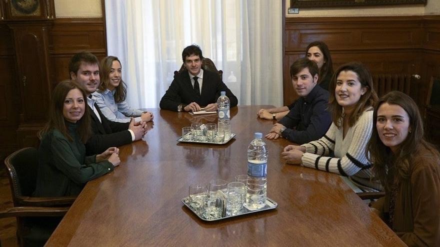 Rementeria recibe a los estudiantes becados por la Diputación Foral de Bizkaia en la London School of Economics