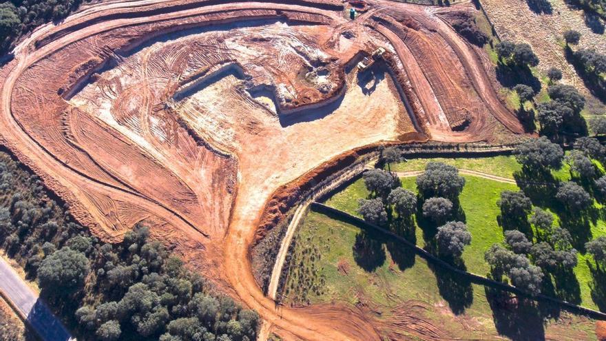 Explotación de la mina de uranio de Retortillo (Salamanca) con una balsa recién excavada.
