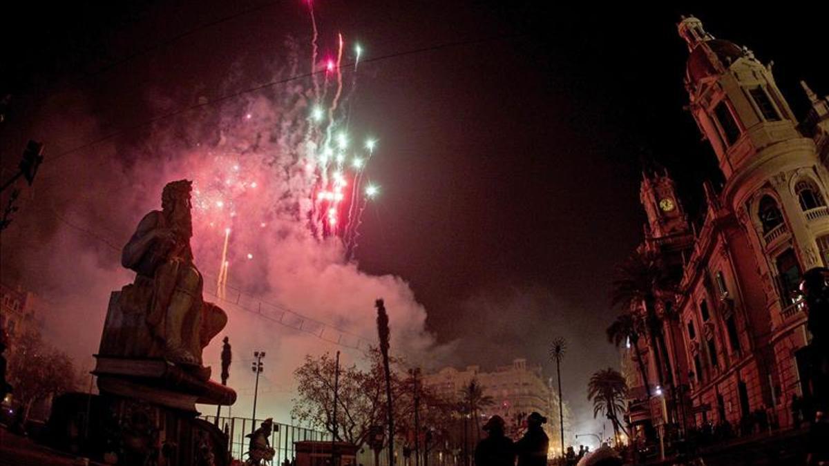 Un castell de focs d'artifici a València durant les falles.