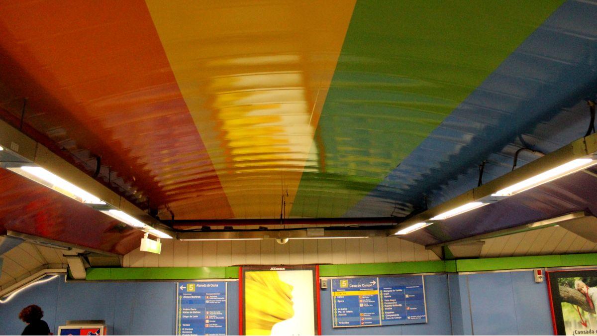 Bandera del arcoíris en la estación de Metro de Chueca | SOMOS CHUECA