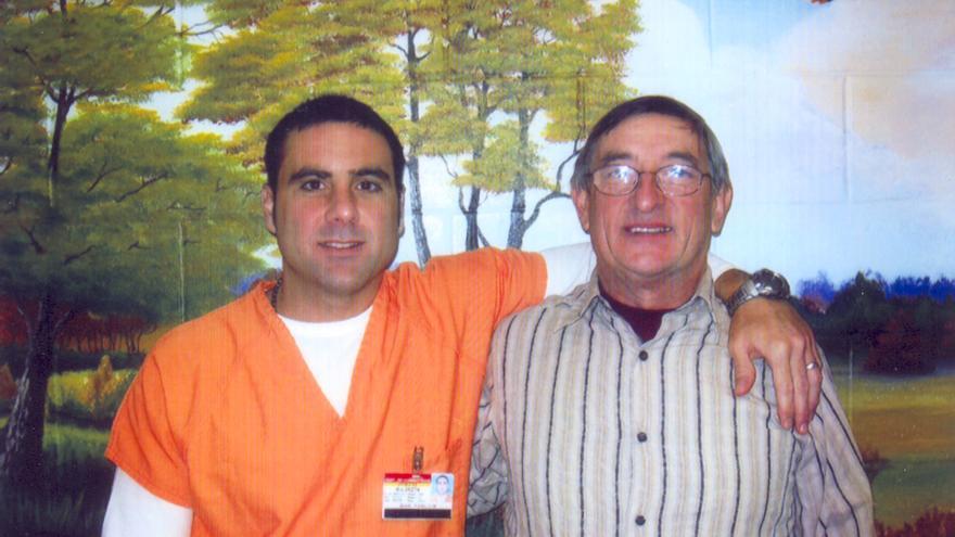 Pablo y Cándido Ibar, durante una visita a la cárcel en 2009. El fondo de la pared está pintado por las autoridades de la prisión para dar una imagen más humana de las condiciones de reclusión. Copyright: Particular