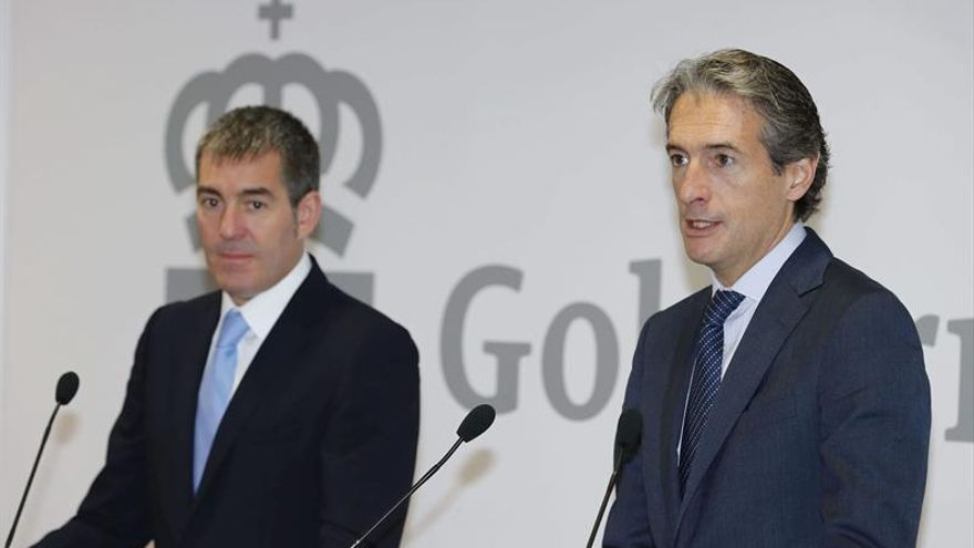 El presidente del Gobierno de Canarias, Fernando Clavijo (i),y el ministro de Fomento, Íñigo de la Serna