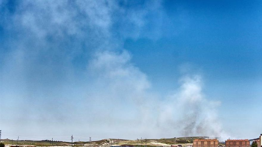 Los Bomberos avivan la combustión de los neumáticos de Seseña para eliminar el humo
