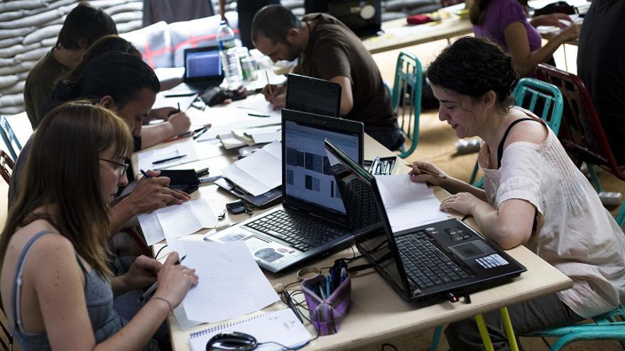 Participantes del taller durante la fase de dibujo a mano de tipografías (CC BY-SA 3.0)