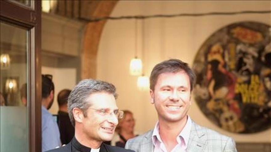 El prelado polaco Krzysztof Charamsa, oficial en la Congregación para la Doctrina de la Fe, no podrá seguir en este organismo tras declarar su homosexualidad públicamente. En la imagen, Charamsa junto a su pareja tras ofrecer una rueda de prensa. EFE