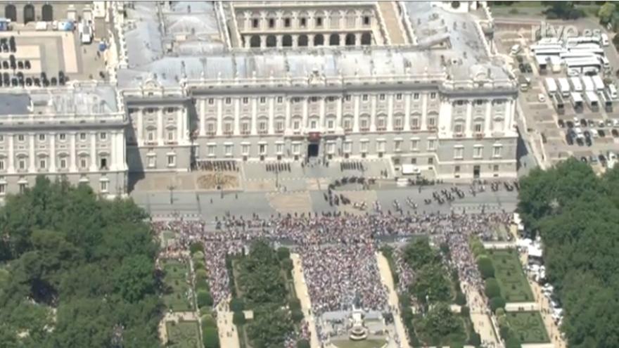 Concentración en la plaza de Oriente para asistir a la proclamación de Felipe VI. / TVE