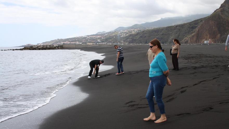 Numerosas personas visitan el  nuevo espacio de esparcimiento de Santa Cruz de La Palma a orillas del Atlántico.
