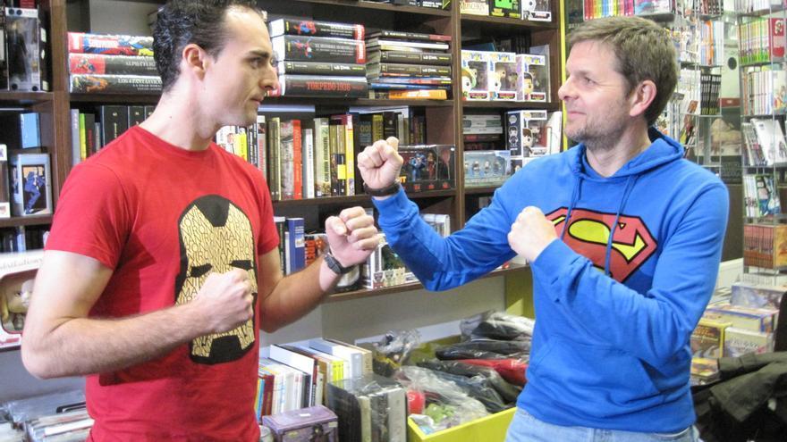 Los investigadores que encarnan a Iron Man y Superman antes del debate sobre ciencia para explicar sus superpoderes.