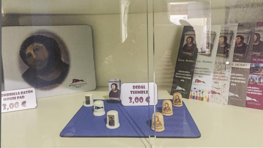 El Cristo doliente reinterpretado genera hoy 55.000 euros anuales de beneficios por la venta de artículos de merchandising y la entrada al santuario