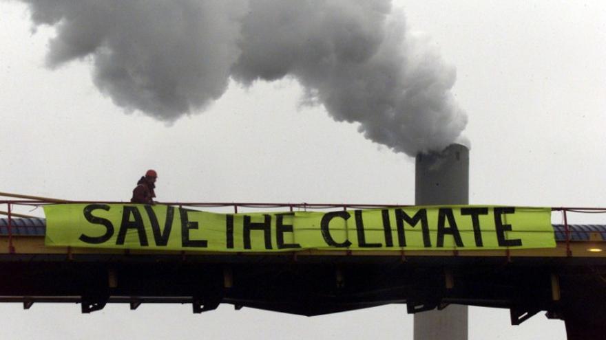 Activistas de Greenpeace en protesta contra las industrias contaminantes. Imagen: Greenpeace