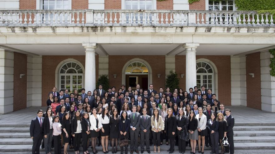 """Rajoy subraya la importancia de la """"excelencia"""" y la """"movilidad"""" en un acto con becarios de la Fundación Carolina"""