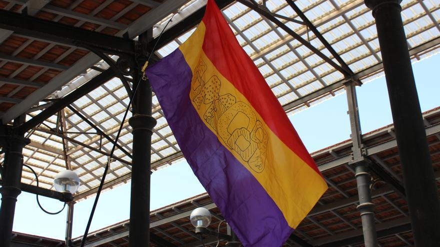 """La bandera republicana en el acto de Ganar la Región de Murcia, con la palabra """"Podemos"""" inscrita / PSS"""